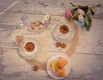 Due tazze di caffè turco e di un piatto con la vista superiore della baklava Immagine Stock