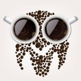 Due tazze di caffè con i chicchi di caffè che formano un simbolo del gufo Fotografie Stock