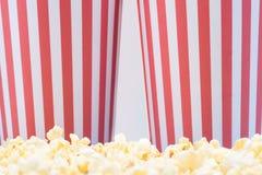 Due tazze di carta con popcorn dal cinema fotografie stock