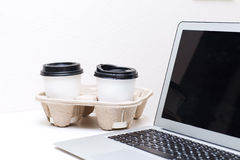 Due tazze di carta sono sulla tavola a casa Immagine Stock