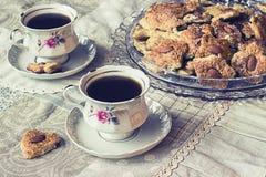 Due tazze di coffe con i biscotti Fotografia Stock Libera da Diritti