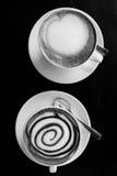 Due tazze di coffe sulla tavola di legno Immagine Stock Libera da Diritti