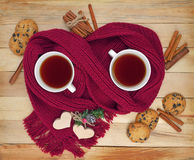 Due tazze di tè, biscotti, cannella Amore Comunicazione, Christm Fotografia Stock Libera da Diritti
