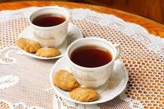 Due tazze di tè con oro Fotografie Stock