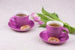 Due tazze con i tulipani Immagini Stock Libere da Diritti