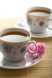 Due tazze di tè e dei fiori Immagini Stock Libere da Diritti