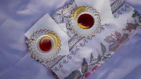 Due tazze di tè rosse video d archivio