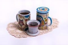 Due tazze di tè su un fondo bianco fotografia stock