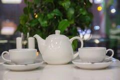 Due tazze di tè sulla tavola nel fondo bianco fotografie stock