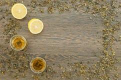Due tazze di tè verde con il limone Fotografia Stock