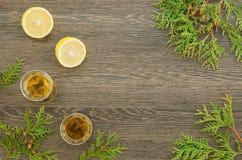 Due tazze di tè verde con il limone Immagine Stock