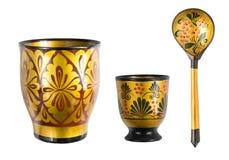 Due tazze dipinte di legno e un cucchiaio, mestieri Isolato su priorità bassa bianca fotografia stock