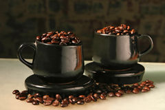 Due tazze e chicchi di caffè Immagini Stock
