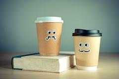 Due tazze e libri di caffè asportabili svegli Fotografie Stock Libere da Diritti