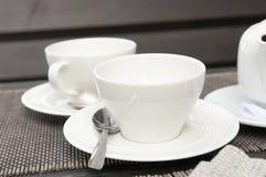 Due tazze e teiere bianche Fotografie Stock