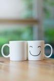 Due tazze felici sulla tavola di legno con bokeh, circa il concetto di amore Fotografia Stock Libera da Diritti