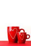 Due tazze rosse di tè o di caffè con i cuori Fotografia Stock