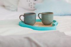 Due tazze su un letto bianco del vassoio, concetto della prima colazione Immagine Stock Libera da Diritti