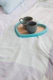 Due tazze su un letto bianco del vassoio, concetto della prima colazione Fotografie Stock