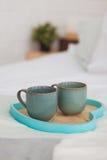 Due tazze su un letto bianco del vassoio, concetto della prima colazione Immagini Stock Libere da Diritti