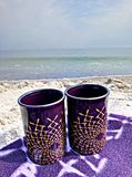 Due tazze su una coperta sulla spiaggia fotografia stock