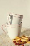 Due tazze vuote per tè con i bagel fragranti Fotografia Stock Libera da Diritti