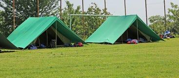 Due tende verdi hanno montato in un prato dagli esploratori fotografia stock