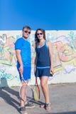 Due tennis in abiti sportivi di tennis con le racchette di tennis fuori Immagini Stock