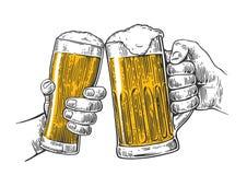 Due tenuta e tintinnii delle mani con due vetri di birra aggrediscono Elemento disegnato a mano di progettazione Incisione d'anna Immagini Stock