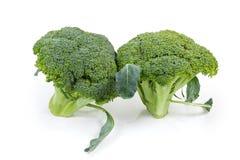 Due teste dei broccoli su un fondo bianco immagine stock libera da diritti