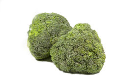 Due teste verdi dei broccoli su fondo bianco immagine stock libera da diritti