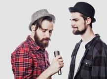Due tipi che cantano sopra il fondo bianco immagini stock libere da diritti