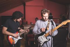 Due tipi che giocano la chitarra elettrica e che cantano fotografie stock libere da diritti