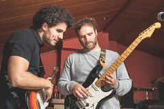 Due tipi che giocano la chitarra elettrica e che cantano fotografia stock
