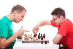 Due tipi che giocano scacchi Fotografia Stock