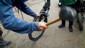 Due tipi che riparano una bici stock footage