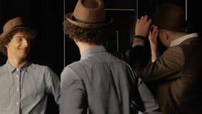 Due tipi con lo specchio stock footage