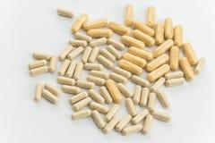 Due tipi danno medicinale in capsule su fondo bianco, fuoco selettivo Salute e farmacia fotografie stock