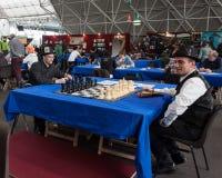 Due tipi giocano gli scacchi alla convenzione di Festival del Fumetto a Milano, Italia Immagini Stock Libere da Diritti