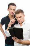 Due tipi seri stanno lavorando al progetto Compressa e tecnologia Fotografie Stock
