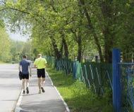 Due tipi stanno camminando a casa dopo un allenamento fotografia stock libera da diritti