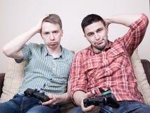 Due tiranti che giocano i video giochi Fotografia Stock Libera da Diritti