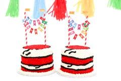 Due torte di compleanno rosse per i bambini gemellati Immagine Stock