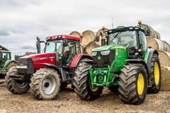 Due trattori dei trattori parcheggiati su con le balle di fieno Immagine Stock Libera da Diritti