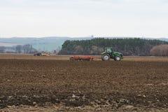 Due trattori dell'aratro vicino ad una foresta in repubblica Ceca - in Europ Fotografie Stock
