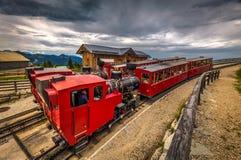Due treni con la locomotiva a vapore che aspetta nella stazione di Schafbergalpe fotografie stock