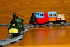 Due treni del giocattolo sulle rotaie grige fotografie stock