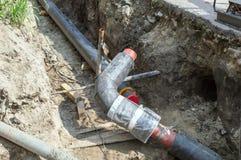 Due tubi nella fossa di terra per la fabbricazione della conduttura Fotografie Stock Libere da Diritti