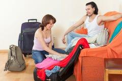 Due turisti che imballano insieme bagagli fotografie stock