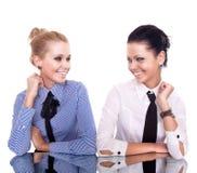 Due ubicazioni della donna di affari sulla tabella di riflessione fotografia stock